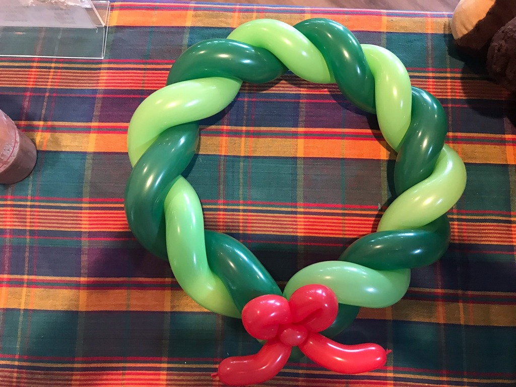 Christmas Wreath by Balloon Twisting